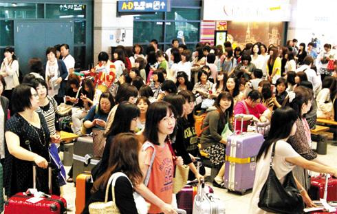 A group of Japanese tourists arrive at Incheon International Airport on June 28 for an event for boy band JYJ at Seoul Trade Exhibition and Convention Center.