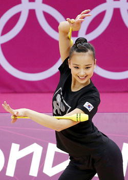 Son Yeon-jae practices at Wembley Arena in London on Wednesday. /Yonhap
