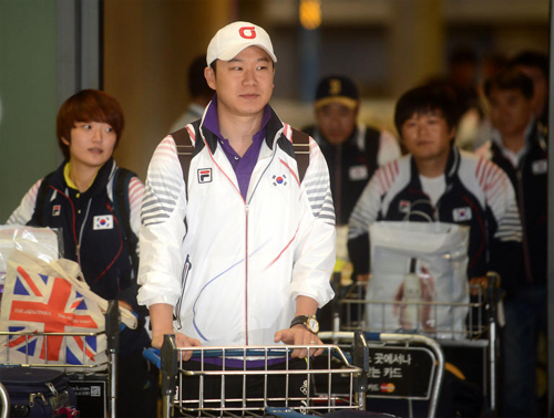Olympic shooters including double crown winner Jin Jong-oh (front) arrive at Incheon International Airport on Wednesday. /Newsis