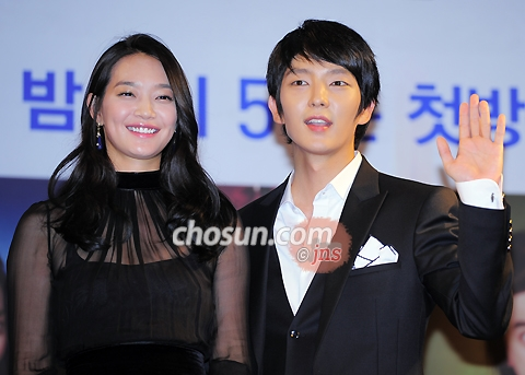 Shin Min-a (left) and Lee Jun-ki pose at a press event for their new TV drama in Seoul on Friday.