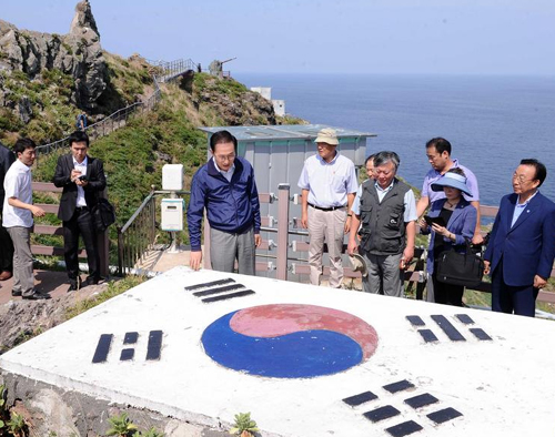 President Lee Myung-bak looks at monument in the shape of the Korean flag in Dokdo during his visit to the islets last Friday.
