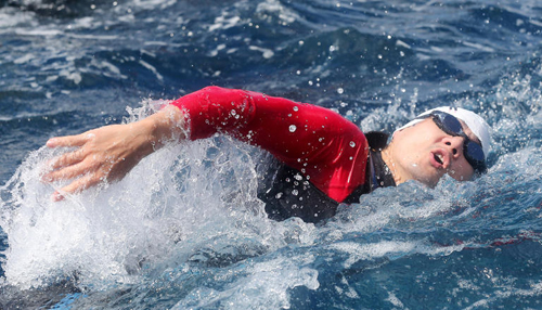 Actor Song Il-gook swims across the East Sea on Tuesday in a relay from Uljin, North Gyeongsang Province to Dokdo to mark Liberation Day. /Newsis