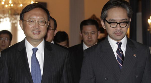 Chinas Foreign Minister Yang Jiechi (let) walks with his Indonesian counterpart Marty Natalegawa after a bilateral meeting at the Foreign Ministry office in Jakarta on Aug. 10, 2012. /Reuters