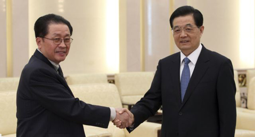 Chinas President Hu Jintao (right) shakes hands with Jang Song-taek, chief of the central administrative department of the Workers Party of North Korea, in Beijing on Aug. 17, 2012. /Reuters