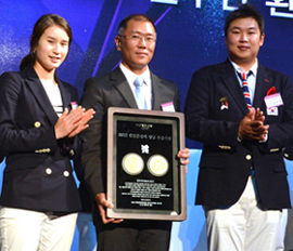 Hyundai Motor Vice Chairman Chung Eui-sun (center) poses with London Olympic gold medalists Ki Bo-bae (left) and Oh Jin-hyek at an event honoring the Olympic archery team in Seoul on Wednesday. /Newsis