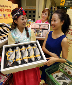 Models promote gift items for Chuseok at a supermarket in Seoul.