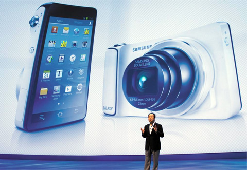 Shin Jong-kyun, the head of Samsungs mobile communications business, presents the Galaxy Camera at its 