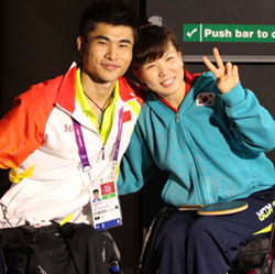 Table tennis players Moon Sung-hye (right) of Korea and Cao Ningning of China pose at the London Paralympics on Saturday. The two will wed soon. /Yonhap