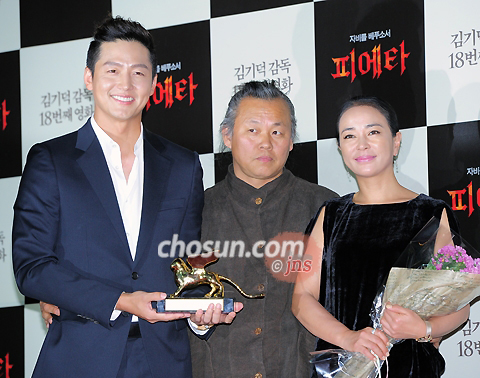 Director Kim Ki-duk is flanked by actors Lee Jung-jin (left) and Cho Min-soo at a press conference in Seoul on Tuesday after returning from the Venice Film Festival.