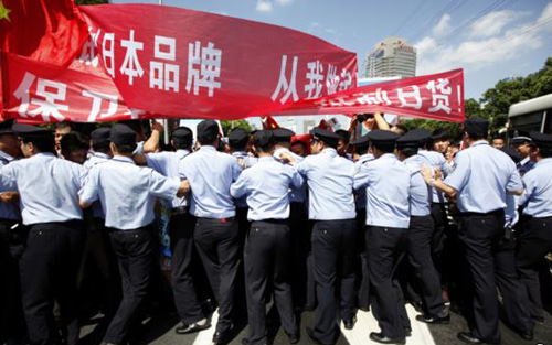 Policemen block demonstrators near the Japanese consulate during a protest in Shanghai on Sept. 16, 2012. /Reuters
