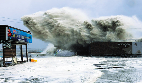 A wave breaks in Yeosu, South Jeolla Province on Monday as the region came under the influence of typhoon Sanba. /Yonhap
