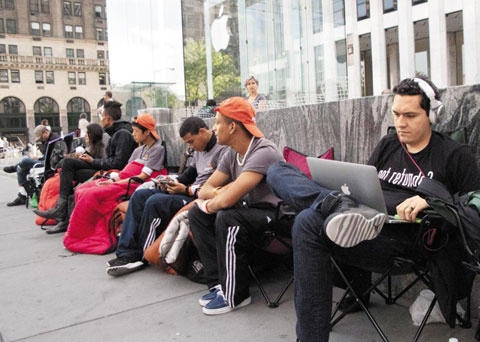 People wait in line to buy the iPhone 5 outside an Apple store in New Yorks Fifth Avenue on Monday (local time). /AFP-Yonhap