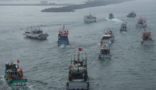 Several dozen fishing boats flying Taiwanese national flags set out from the Suao harbor, northeastern Taiwan, to the disputed islands in the East China Sea on Sept. 24, 2012. /AP