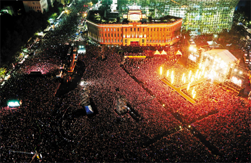 Seoul Plaza is packed with over 80,000 spectators on Thursday.