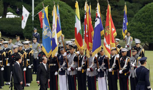 Burmas President Thein Sein (second from left) inspects an honor guard with his South Korean counterpart Lee Myung-bak (left) during a welcome ceremony at the presidential house in Seoul on Oct. 9, 2012. /AP