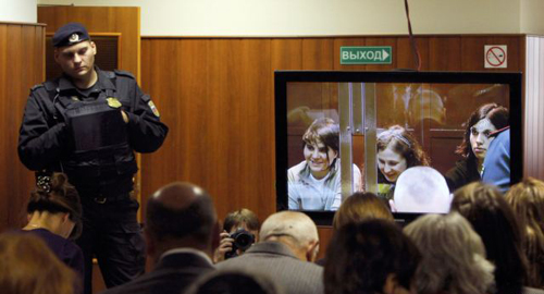 A bailiff stands in a room as people watch a live broadcast of a court hearing on members of the female punk band Pussy Riot in Moscow on Oct. 10, 2012. /Reuters