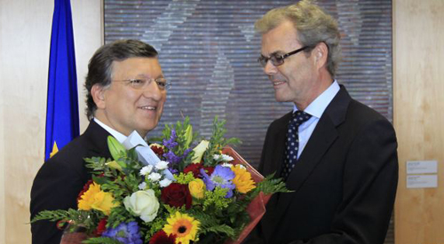 European Commission President Jose Manuel Barroso (left) receives flowers from Atle Leikvoll, Norways Ambassador to the European Union, at the EC headquarters in Brussels on Oct. 12, 2012. /Reuters