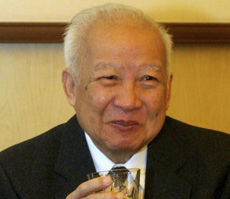 Cambodian King Norodom Sihanouk holds a glass during a meeting with Chinese State Councilor Dai Bingguo (not seen) in Beijing on Oct. 30, 2006. /Reuters