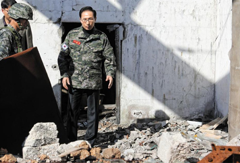 President Lee Myung-bak looks around the ruins of a house that was hit during the North Korean attack on Yeonpyeong Island in 2010, during his visit to the island on Thursday. /Yonhap