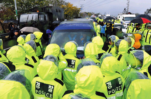 Police stop activists from reaching the Imjingak pavilion in Paju, Gyeonggi Province on Monday.