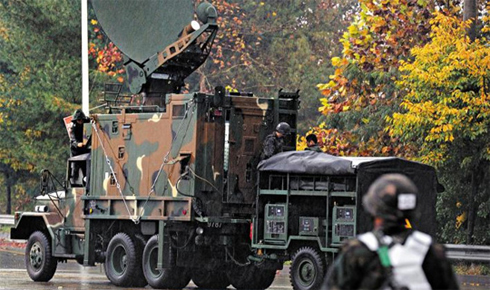 South Korean troops install satellite communications equipment at the entrance of the Imjingak pavilion in Paju, Gyeonggi Province on Monday.