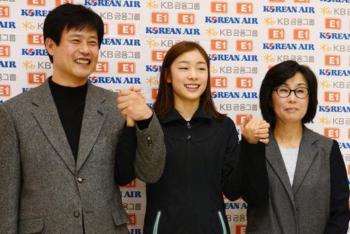 Kim Yu-na (center) poses with her new coaches at a press conference in Seoul on Wednesday.
