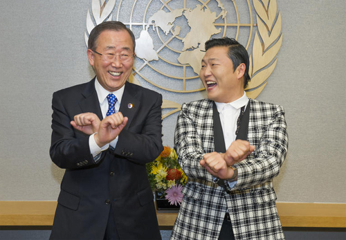 UN Secretary-General Ban Ki-moon (left) is taught the