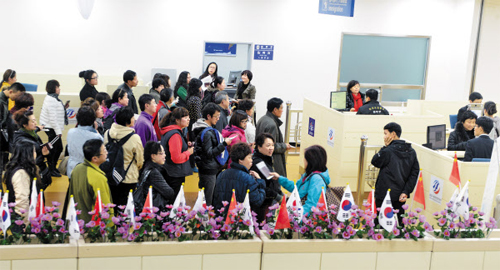 Chinese tourists wait at immigration at Yangyang International Airport in Gangwon Province on Tuesday.
