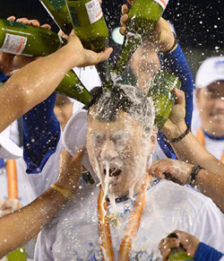 Samsung Lions players spray champagne over Lee Seung-yeop to celebrate his being named MVP of the Korean Series on Thursday. /Newsis