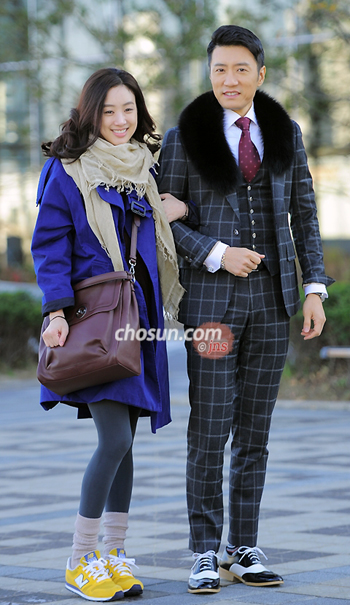 Jung Ryeo-won (left) and Kim Myung-min pose on the set of their drama in Sangam-dong, Seoul on Friday.