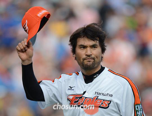 Park Chan-ho of the Hanwha Eagles responds to cheering fans in a game against the Nexen Heroes in Daejeon on June 10.