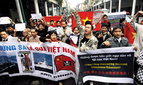 Hundreds of Vietnamese protesters march during a demonstration demanding China to stay out of their waters following Chinas increased activities around the Spratly and Paracel Islands and other disputed areas, in Hanoi, Vietnam on Dec. 9, 2012. /AP-Newsis