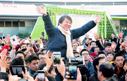 Former presidential candidate Ahn Cheol-soo waves to supporters.