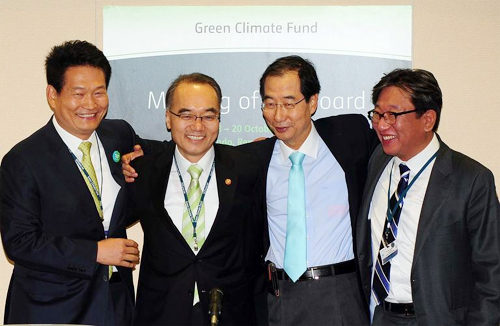 Government officials including the Incheon city mayor celebrate after Songdo in the western port city was chosen as the headquarters of the UN Green Climate Fund.