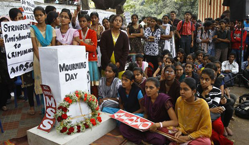 Indians gather next to a makeshift memorial to mourn the death of a 23-year-old gang rape victim, in Bangalore, India on Dec. 29, 2012. /AP
