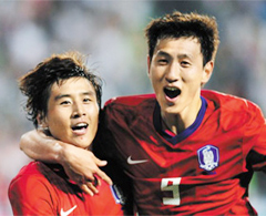Koo Ja-cheol (left) and Ji Dong-won
