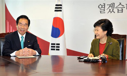 Koreas president-elect Park Geun-hye (right) talks with Fukushiro Nukaga, the special envoy of Japanese Prime Minister Shinzo Abe, during their meeting at Parks office in Seoul on Jan. 4, 2013. /AP