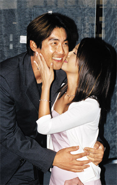 Choi Jin-sil kisses Cho Sung-min at a press conference to announce their marriage at a hotel in Seoul on July 19, 2000.
