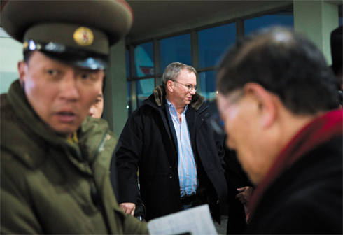 Google Chairman Eric Schmidt (center) arrives in Pyongyang on Monday. /AP-Newsis