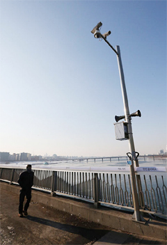A surveillance camera is installed on Mapo Bridge in Seoul on Thursday. /Yonhap