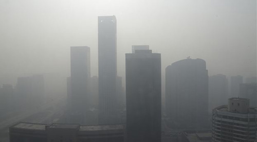 Buildings are seen in heavy haze in Beijings central business district on Jan. 14, 2013. /Reuters