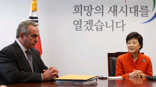 South Korean President-elect Park Geun-hye (right) talks with U.S. Assistant Secretary of State Kurt Campbell during their meeting at Parks office in Seoul on Jan. 16, 2013.