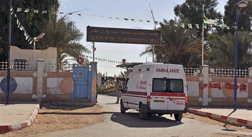 An ambulance enters an hospital located near the gas plant where hostages were kidnapped by Islamic militants, in Ain Amenas on Jan. 19, 2013. /Reuters