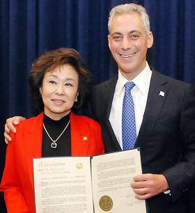Ann Jhin (left) and Chicago city mayor Rahm Emanuel pose with a certificate naming a day in January after her, in the city council on Thursday. /Yonhap
