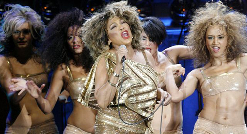 U.S. singer Tina Turner (center) performs on stage together with four dancers during a concert of her European Tour 2009 in Zurich on Feb. 15, 2009. /Reuters