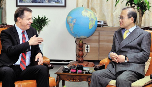 Chief nuclear envoy Lim Sung-nam (right) meets with Glyn Davies, the U.S. special representative for North Korea Policy in Seoul on Thursday. /AP-Newsis