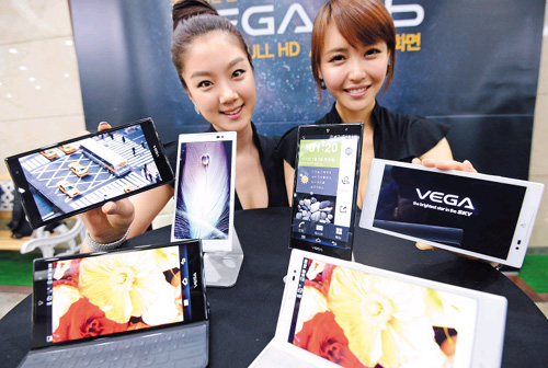 Models show Pantech's new Vega full HD LTE phone at company headquarters in Sangam-dong, Seoul on Monday. /Newsis