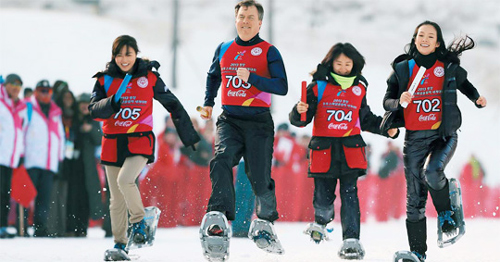 Zhang Ziyi (right) runs on snowshoes along with other participants at a ski resort in Pyeongchang, Gangwon Province on Wednesday. /Yonhap