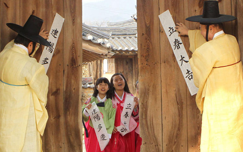 Confucian scholars pin up scrolls welcoming spring at a traditional village in Hamyang, South Gyeongsang Province on Jan. 31, 2013, ahead of Ipchun or the official beginning of spring by the lunar calendar. /Newsis