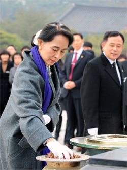 Burmese democracy activist Aung San Suu Kyi burns incense as she visits the May 18 National Cemetery for the victims of the 1980 Gwangju civilian uprising in Gwangju on Thursday.